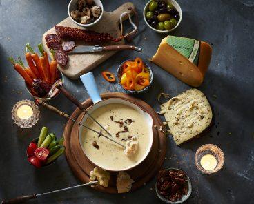 Een heerlijke homemade kaasfondue, lekker met diverse groentes, vlees en brood.